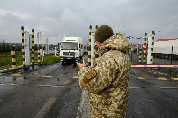 Заробитчан завалили налогами и проверками, миллионы украинцев не могут выехать за границу