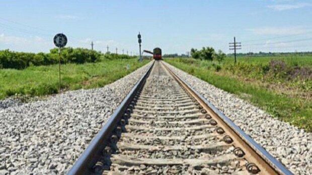На Прикарпатті відновлюють зруйновану залізницю - велика вода відрізала шлях потягам