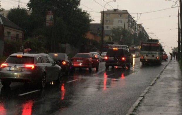 """У Хмельницькому """"шумахер"""" на BMW влетів у переповнений тролейбус, люди не встигли навіть пискнути"""