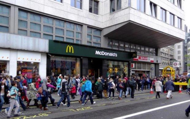 Вооруженный мужчина взял в заложники посетителей McDonalds: первые подробности
