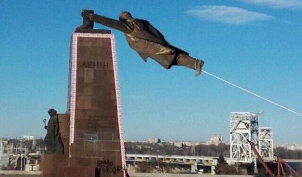 В сети высмеяли двухдневный демонтаж Ленина в Запорожье