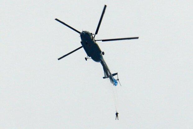 Парашутист зачепився за вертоліт, скріншот: YouTube