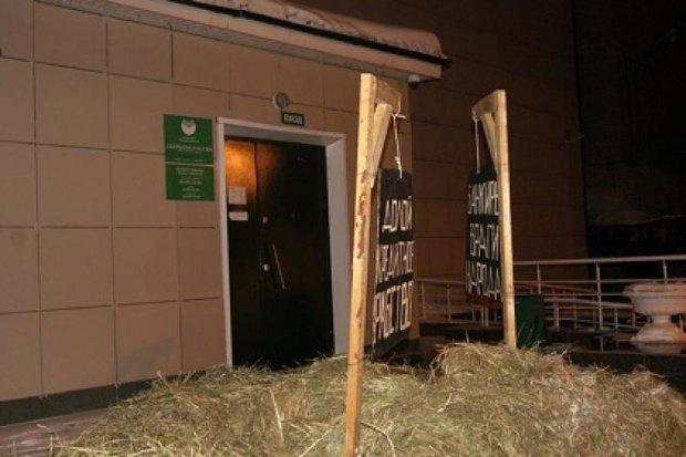 У Росії оштрафували фермера за гній під Сбербанком