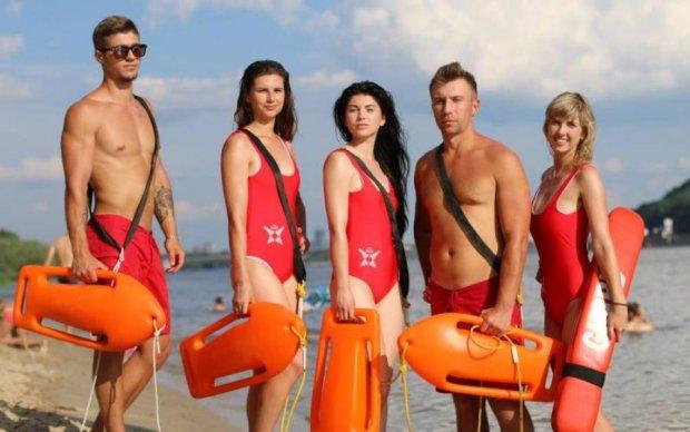 В Киеве появился пляжный патруль: крепкий торс и красные бикини