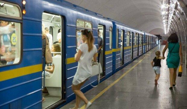 Зганьбилися на повну: п'яні батьки при дитині влаштували бійку в київському метро