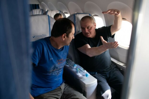 Повернення політв'язнів до України: у Зеленського показали ексклюзивні фото з літака