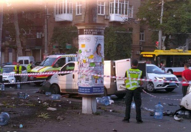 В Одессе полицейский автомобиль на скорости протаранил грузовик, трое в больнице