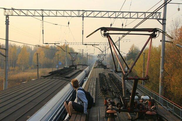 Фото ценой жизни: мальчик сделал селфи и чуть не сгорел заживо на крыше поезда