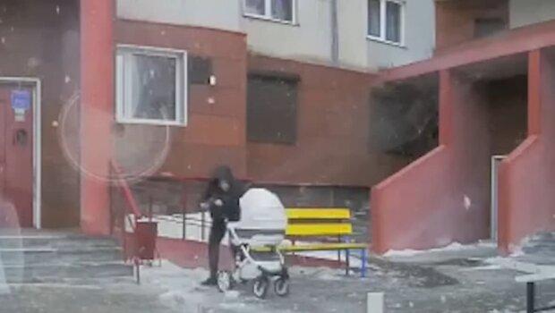 на маму с коляской свалилась глыба льда, скриншот с видео