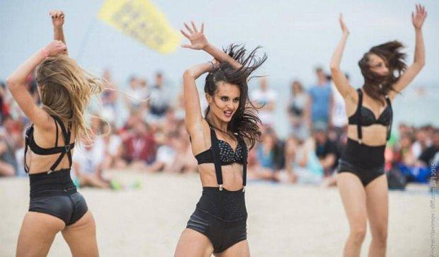 Черкащанки покорили одесский пляж акробатическими трюками (фото)