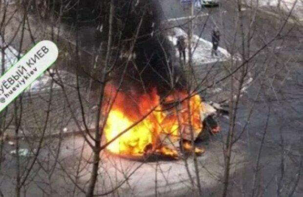 """В Киеве автомобиль вспыхнул, как спичка, спасатели примчали за минуты: """"Весенний кастрик"""""""