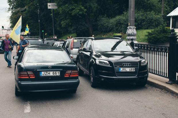 Проще выкинуть: почему водители могут потерять свои евробляхи
