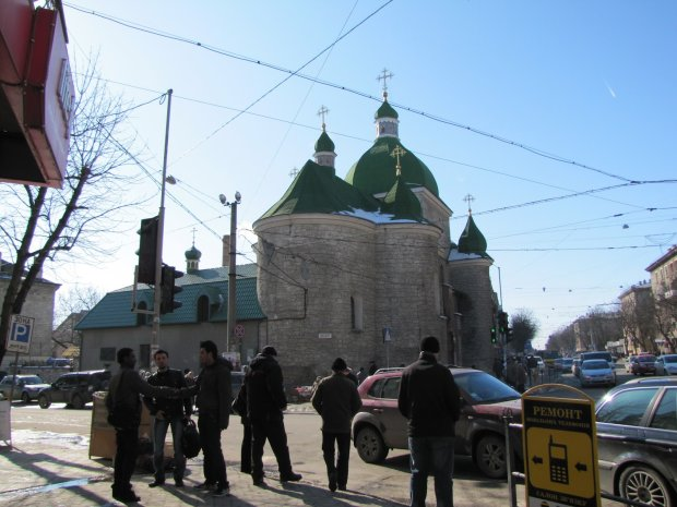 Безбожну бійку тернопільських священиків показали зсередини храму: відео