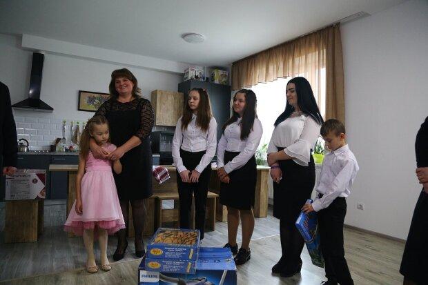 Під Тернополем шестеро дітей-сиріт знайшли маму і тата - тут завжди тепло і посмішки
