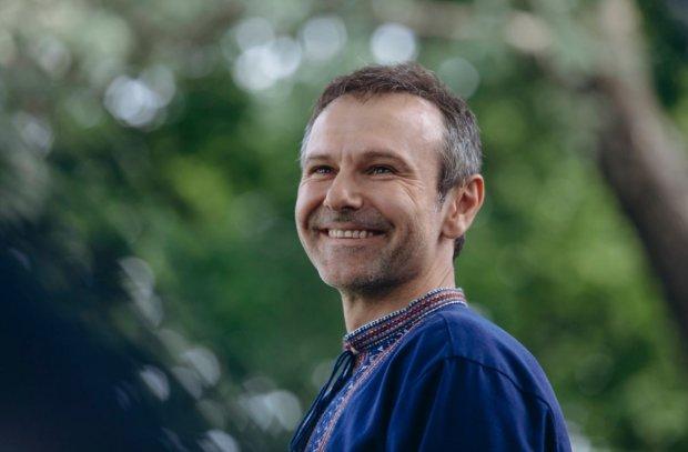 Вакарчук поздравил украинцев с днем йоги в забавной позе: это фото заставит улыбнуться каждого