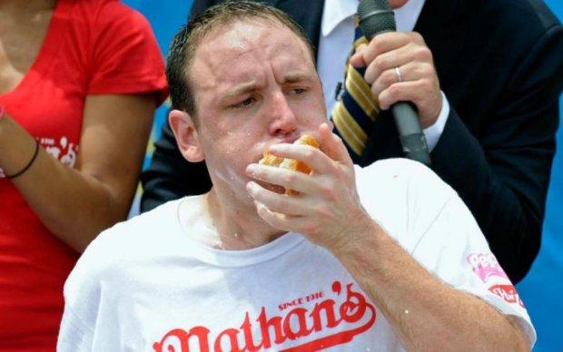 Американець ледь не вбив себе хот-догами заради рекорду