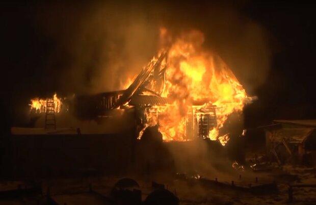 палаючий будинок, скріншот з відео