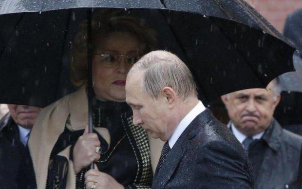 Путіна вмили з пожежного шланга: відео