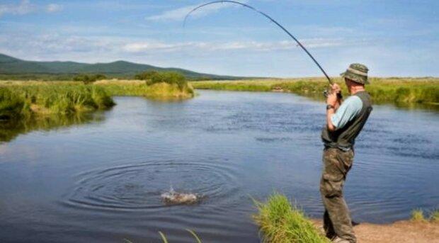 Удочку - в гараж: франковчанам запретили рыбачить, с чем это связано