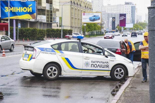 Очень спешил: в Киеве Suzuki влетел в Fiat с детьми в салоне, медики делают все возможное