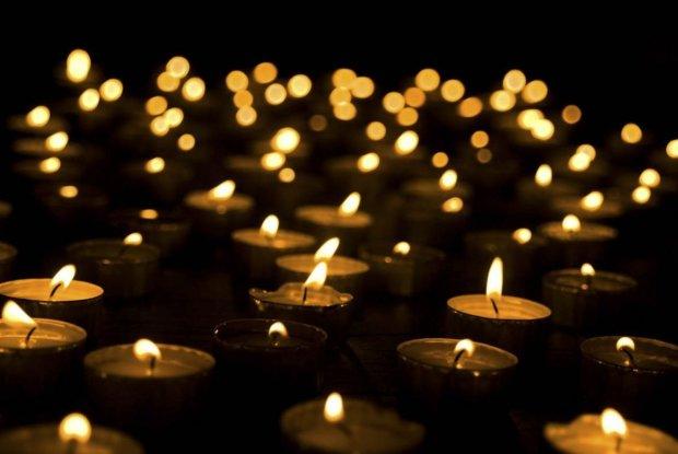 Тысячи людей пришли на похороны молодой пары в Бердичеве: без родителей осталась маленькая девочка