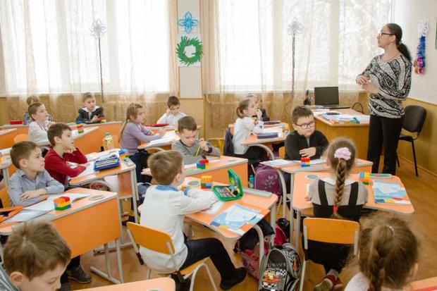 """Впечатал детей в стену: в украинской школе вспыхнул скандал с учителем, родители готовы """"бить морды"""""""