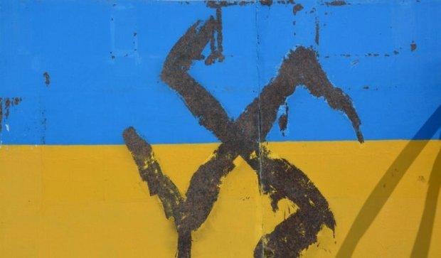 Вандали поглумилися над українським прапором
