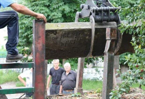 На Тернопольщине крыльцо поликлиники устелили могильными плитами вместо ступеней - покойники под ногами
