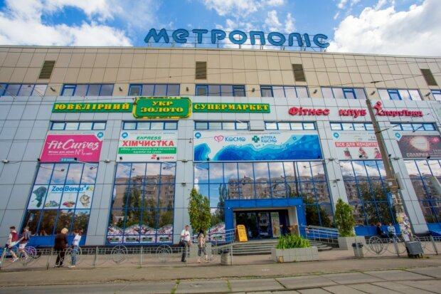 Рухнул со второго этажа: в киевском ТЦ едва не погиб малыш