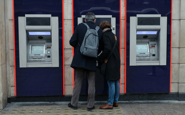 Владельцы банковских карт могут потерять все за день: мошенники придумали, как отобрать у украинцев последнее