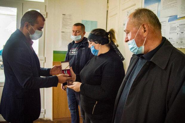 Погибшего под Харьковом курсанта посмертно наградили медалью - мать согрела слезами холодный металл
