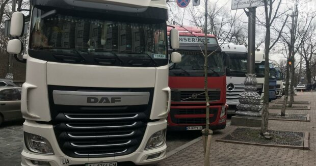 В окна к Зеленскому стучат разъяренные дальнобойщики, шины на подхвате, - что сейчас происходит в центре Киева