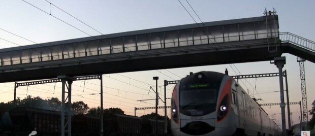 С поезда Харьков-Ужгород вышвырнули троих дебоширов - залили глаза и распустили руки