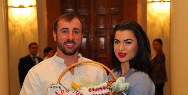 Полуголая жена нардепа Сергея Рыбалка поздравила радикала в странной позе