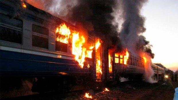 Под Киевом вспыхнул переполненный поезд, несчастные оказались в ловушке: ад от Укрзализныци показали одним видео