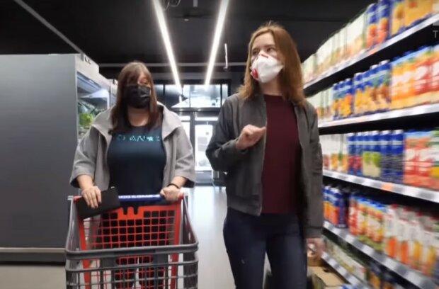 в магазине, скриншот из видео