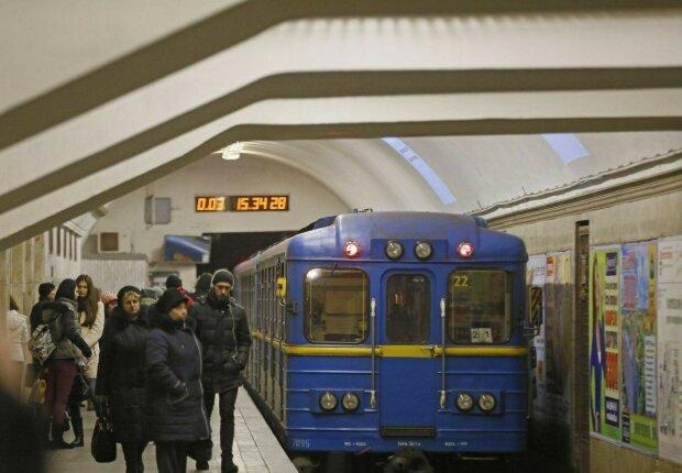 """У Харкові садист в погонах роздягнув і жорстоко відлупцював """"зайця"""" в метро, замішана жінка"""