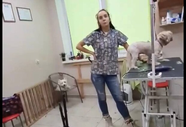 Сотрудница салона / скриншот из видео