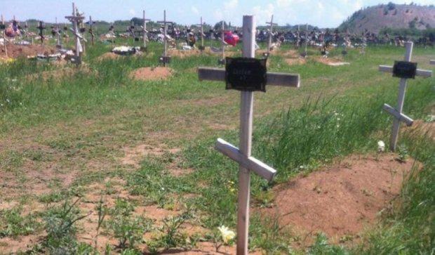 У Донецьку з'явилися нові безіменні могили терористів