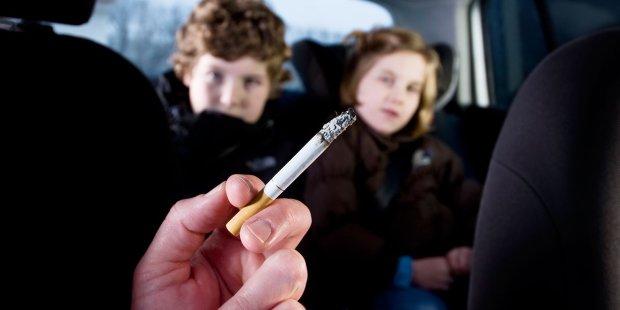Завязывайте как можно скорее: как пассивное курение родителей губит здоровье детей