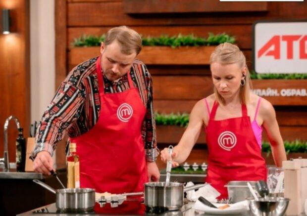 Кулинаров-аматоров из МастерШеф подвесили в сетки и заставили готовить на двух: кому помешала гравитация и он покинул кухню проекта