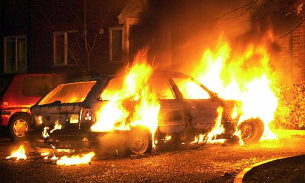 В Киеве машина вспыхнула, как коктейль Молотова, спасатели не успели: кадры из огня
