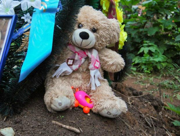Через 134 роки хтось приносить іграшки на могилу дитини: загадка схвилювала весь світ