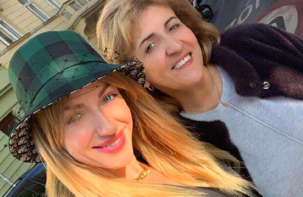 """Никитюк с красавицей-мамой покорили осеннюю Прагу: """"Как сестры!"""""""