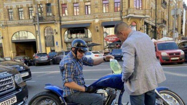 Кличко заглох на мотоциклі в центрі Києва і став живим мемом - за кермом з пляшкою