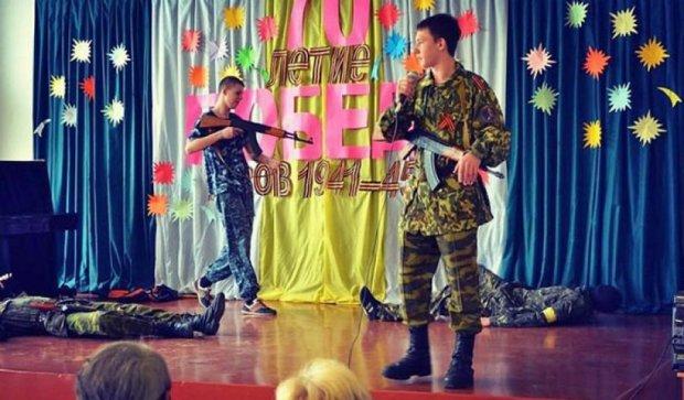 Детей Донецка учат убивать украинцев (фото)