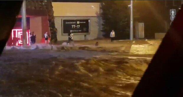 Вулиці перетворилися на річки, люди залишилися без світла: корисні поради, які допоможуть вам вижити в будь-які повінь і зливу