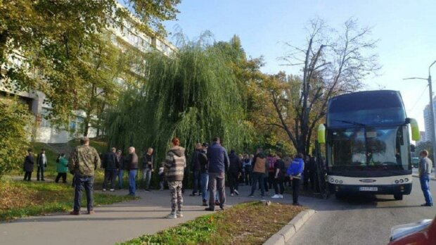 У Києві затримали автобус з виборцями з Житомирщини, фото: Київ зараз