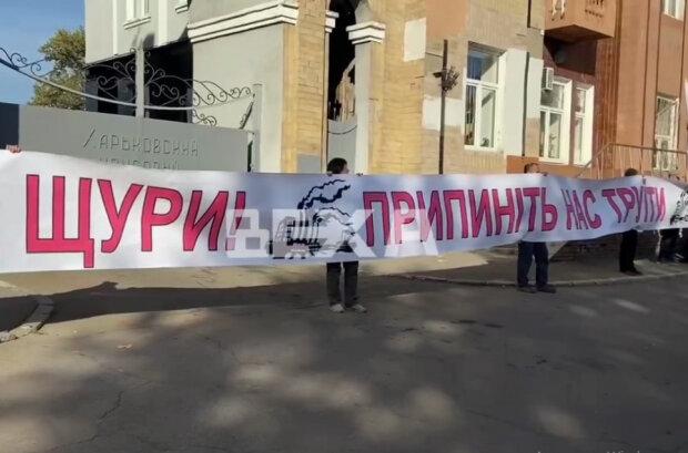 """Харків'яни з прищіпками на носах прийшли під коксохім: """"Ми не щури"""""""