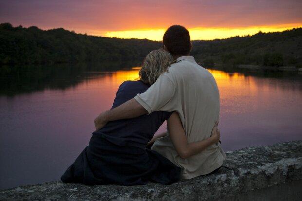 Пара зустрічає захід сонця, фото з відкритих джерел